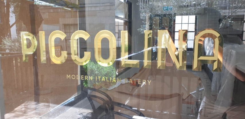 Piccolina: Prismatic effect on gold window signs